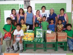 Miembros de la AAPJ entregando las donaciones al I.E.I Kumamoto II